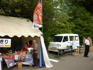 「炭火焼きさんまと特産品直売イベント」の様子(1)